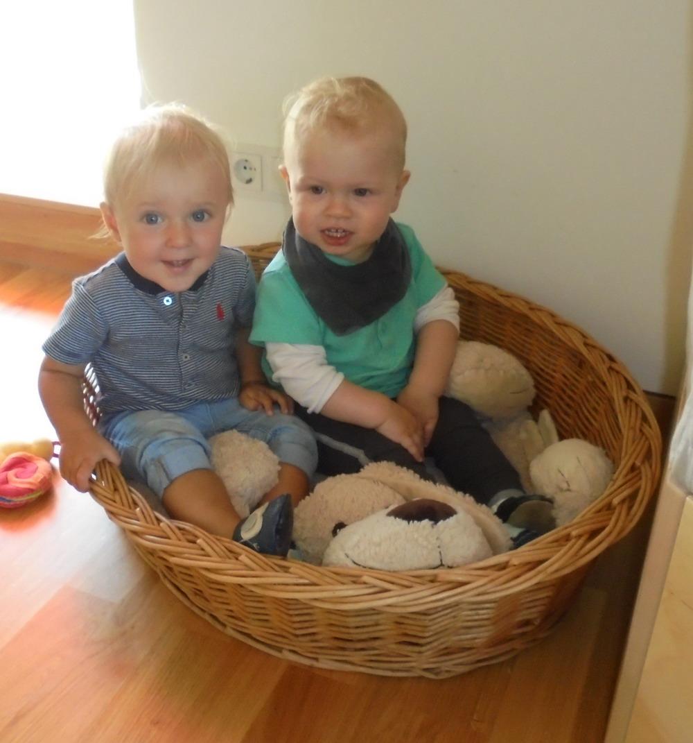 Kinder im Korb